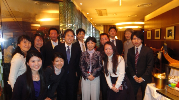 The Kellogg Club of Japan gathers for a group photo.